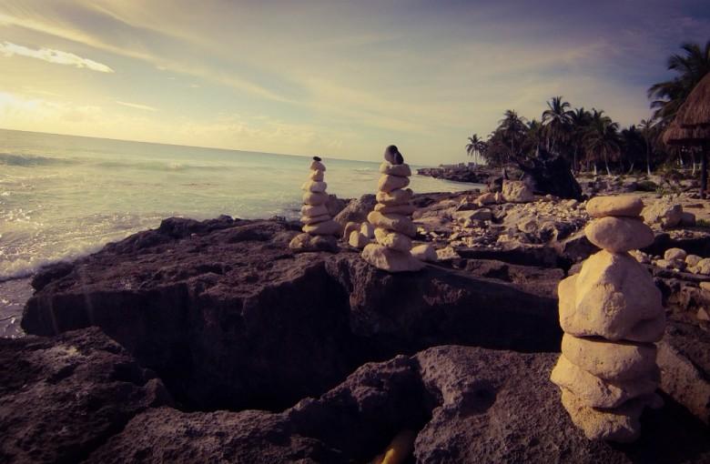 Steintürme am Riff an der Brandung