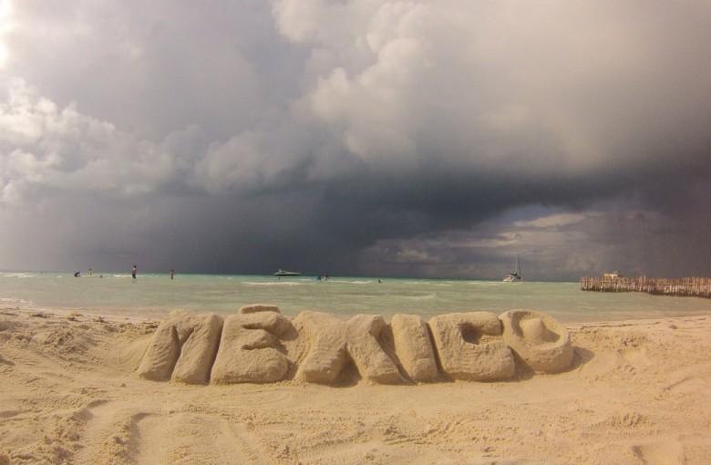 Schriftzug im Sand am Meer
