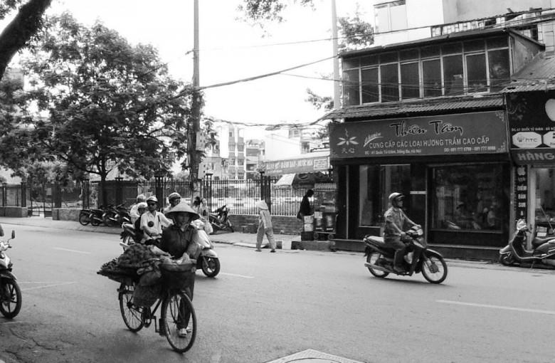 Frau fährt mit beladenem Fahrrad